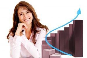 femme souriante avec à ses cotés un graphique montrant la croissance