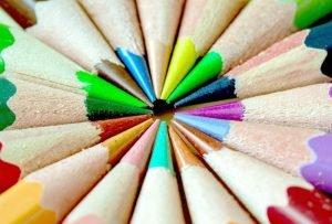 crayon de couleur pointant tous vers le centre photo prise de haut