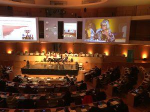 photo d'une salle de conférence en forme d'hémicycle prise de haut